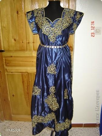 Традиционный алжирский костюм который одевает невеста в городе Тлимсене я его сфоткала в магазине А на заднем плане бижутерия и золото,а также ожерелья из жемчуга,которые одеваются с этим костюмом фото 6