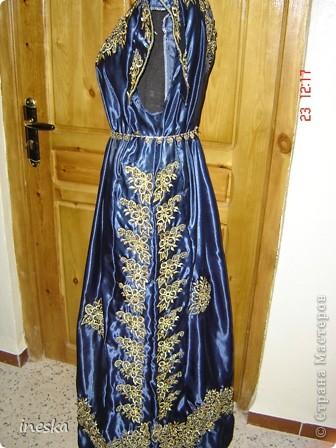 Традиционный алжирский костюм который одевает невеста в городе Тлимсене я его сфоткала в магазине А на заднем плане бижутерия и золото,а также ожерелья из жемчуга,которые одеваются с этим костюмом фото 8