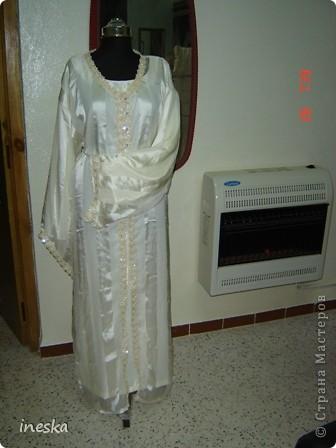 Традиционный алжирский костюм который одевает невеста в городе Тлимсене я его сфоткала в магазине А на заднем плане бижутерия и золото,а также ожерелья из жемчуга,которые одеваются с этим костюмом фото 10
