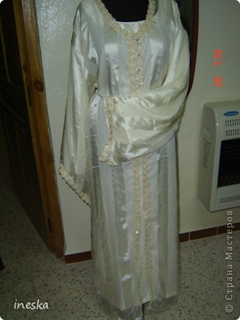 Традиционный алжирский костюм который одевает невеста в городе Тлимсене я его сфоткала в магазине А на заднем плане бижутерия и золото,а также ожерелья из жемчуга,которые одеваются с этим костюмом фото 11