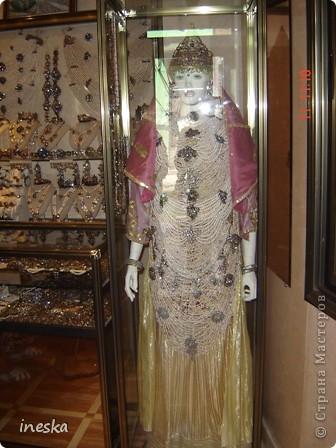 Традиционный алжирский костюм который одевает невеста в городе Тлимсене я его сфоткала в магазине А на заднем плане бижутерия и золото,а также ожерелья из жемчуга,которые одеваются с этим костюмом фото 1