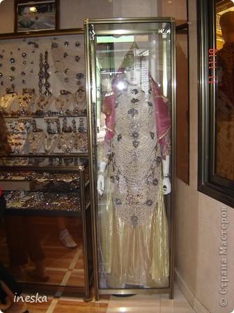 Традиционный алжирский костюм который одевает невеста в городе Тлимсене я его сфоткала в магазине А на заднем плане бижутерия и золото,а также ожерелья из жемчуга,которые одеваются с этим костюмом фото 2