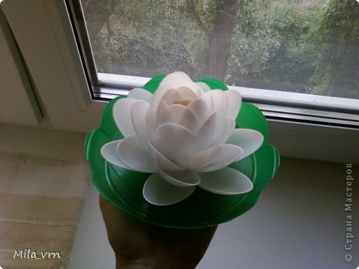 Вот такая получилась лилия из одноразовых ложек (уже плавает в фонтанчике)... фото 3