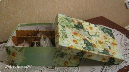 Бисер валялся везде: и в пуговицах, и в каждой коробке... словом, терпению моему пришел конец, и я решила создать контейнер для бисера. На коробке для обуви я училась декупажу, вот ее то и приспособила для контейнера. фото 1
