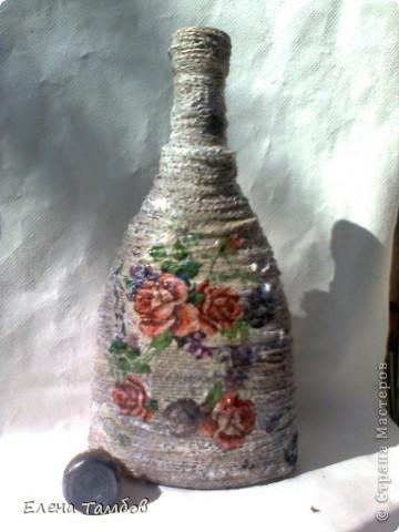 Была у меня бутылка из под коньяка. Сначала я хотела украсить её разноцветной солью. К сожалению выяснилось, что краска с названием напитка не смывается (ни чем).Ещё был старый мешок  (натуральный). Его распустила на нити и приклеила клеем Титан. фото 1