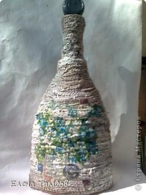 Была у меня бутылка из под коньяка. Сначала я хотела украсить её разноцветной солью. К сожалению выяснилось, что краска с названием напитка не смывается (ни чем).Ещё был старый мешок  (натуральный). Его распустила на нити и приклеила клеем Титан. фото 2