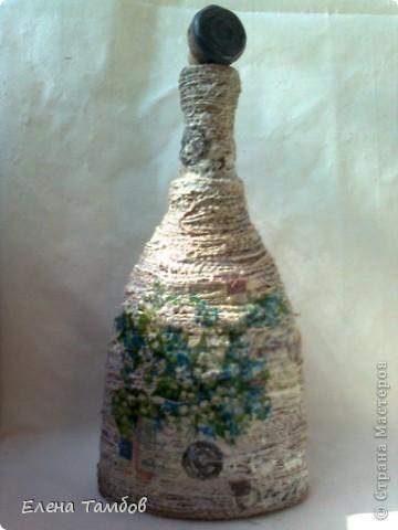 Была у меня бутылка из под коньяка. Сначала я хотела украсить её разноцветной солью. К сожалению выяснилось, что краска с названием напитка не смывается (ни чем).Ещё был старый мешок  (натуральный). Его распустила на нити и приклеила клеем Титан. фото 4