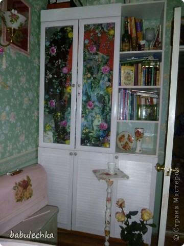 Вот такие  шкафы нежнорозового цвета украшают стенку моей комнаты. Первым  шкафом  был построен двухстворчатый. А когда мне пришла мысль в голову отодвинуть кровать от стены ,тогда и родился проект  другого трехсворчатого шкафа с расписными дверцами. фото 2