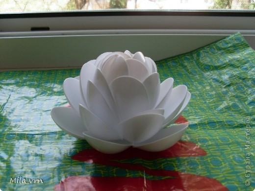 Вот такая получилась лилия из одноразовых ложек (уже плавает в фонтанчике)... фото 4
