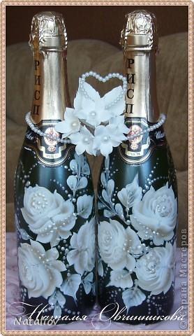 """Это мой подарок брату на свадьбу. Использовала декоративную роспись """"One Stroke"""". Украшение на бутылки слеплены из глины ДЕКО и покрыты жемчужной пудрой, жаль на фото не видно, смотрится изумительно, такой блеск красивый...вообще люблю эту пудру. фото 7"""