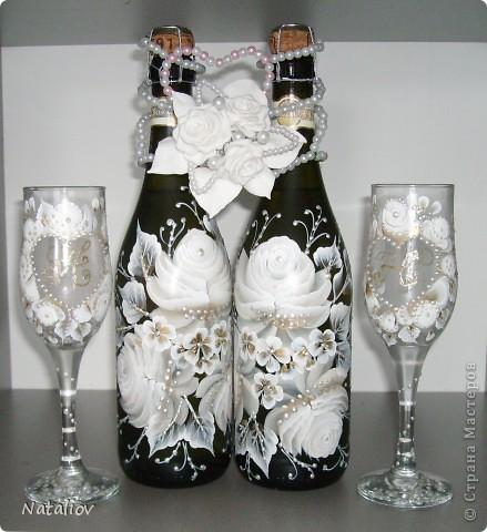 """Это мой подарок брату на свадьбу. Использовала декоративную роспись """"One Stroke"""". Украшение на бутылки слеплены из глины ДЕКО и покрыты жемчужной пудрой, жаль на фото не видно, смотрится изумительно, такой блеск красивый...вообще люблю эту пудру. фото 1"""
