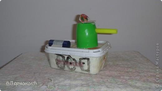 Здравствуйте. Продолжаем выстраивать оборону нашего городка. Вот такой танк (с секретом, у него открывается крышка и внего можно положить патроны или другие сокровища :) ) Танк сделан из коробочки, в котором был плавленный сыр, башня танка баночка из-под йогурта, а дуло из колпачок от фломастера.  фото 1