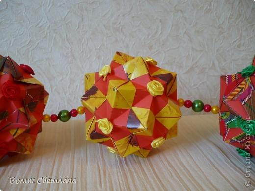 Здравствуйте, мои дорогие!!! Я Вам еще не надоела?  Сегодня у меня глобальная гирлянда! Идея подсмотрена у Куси-Муси. Кусудамы из книги Tomoko Fuse - Floral Globe Origami   фото 3