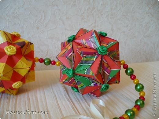 Здравствуйте, мои дорогие!!! Я Вам еще не надоела?  Сегодня у меня глобальная гирлянда! Идея подсмотрена у Куси-Муси. Кусудамы из книги Tomoko Fuse - Floral Globe Origami   фото 4