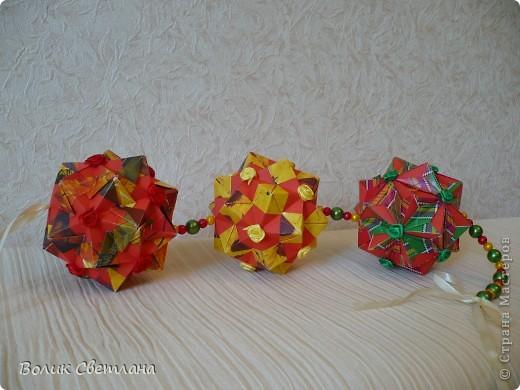 Здравствуйте, мои дорогие!!! Я Вам еще не надоела?  Сегодня у меня глобальная гирлянда! Идея подсмотрена у Куси-Муси. Кусудамы из книги Tomoko Fuse - Floral Globe Origami   фото 5