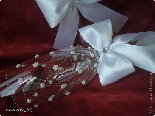Захотелось попробовать украсить бокалы маленькими цветочками. И вот результат! Получилось очень нежненько.  Спасибо огромное Ирине И. за помощь в лепке цветочков и Олесе Ф. за МК по завязыванию бантиков!!! фото 5