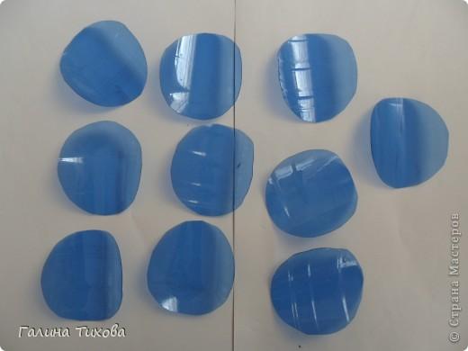 Вот такой букет из васильков и ромашек можно сделать из простых пластиковых бутылок.  фото 3