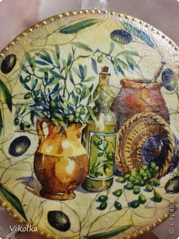 Доброго времени суток всем! Это маленькое панно я сделала для  маминой кухни из винилового диска диаметром 17 см. Как я  обрабатываю диски я уже писала в своем блоге.  фото 3