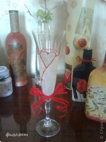 У племянника в начале сентября свадьба,купили шесть бокалов,пробуем разные варианты.Какой лучше получится,к тому и сделаем пару.Вариант первый.Пробовала сфотографировать отдельно,теряется,пришлось среди других творений запечатлеть. фото 1