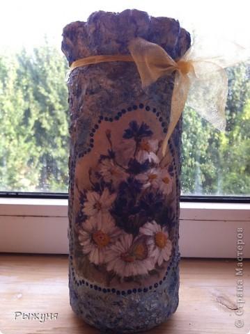 Когда поняла, что ваз на даче  не хватает ( стекло почему- то выскальзывает и бьется), решила сделать вазу из  подручного материала, когда выпили содержимое. Ч то получилось, судить Вам, а я довольна, что есть куда поставить цветики- семицветики.)))) фото 1