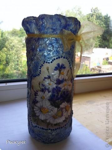 Когда поняла, что ваз на даче  не хватает ( стекло почему- то выскальзывает и бьется), решила сделать вазу из  подручного материала, когда выпили содержимое. Ч то получилось, судить Вам, а я довольна, что есть куда поставить цветики- семицветики.)))) фото 2