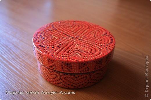 У меня была баночка из под крема и я решила украсить как-нибудь.Покрасила её в красный цвет и истыкала контуром.Конечно,не без ошибок.Но мне нравится, интересная техника.Спасибо за вдохновение Ниле http://stranamasterov.ru/node/222030 . фото 2