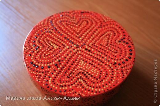 У меня была баночка из под крема и я решила украсить как-нибудь.Покрасила её в красный цвет и истыкала контуром.Конечно,не без ошибок.Но мне нравится, интересная техника.Спасибо за вдохновение Ниле http://stranamasterov.ru/node/222030 . фото 1