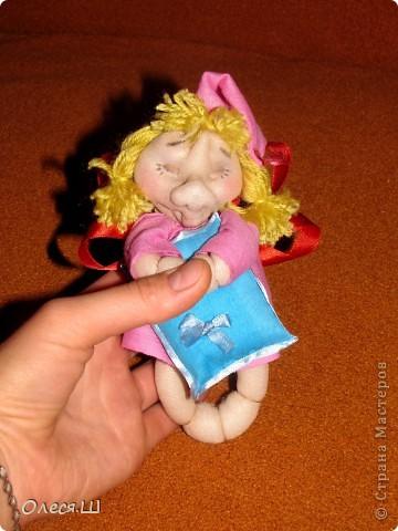 Здравствуйте! Сшила на днях еше одну сплюшку девчушку. Получилась вот такая смешная куколка))).Подушечку на этот раз ароматизировала орхидеей и ванилью. фото 4