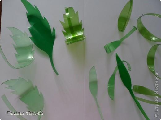 Вот такой букет из васильков и ромашек можно сделать из простых пластиковых бутылок.  фото 40
