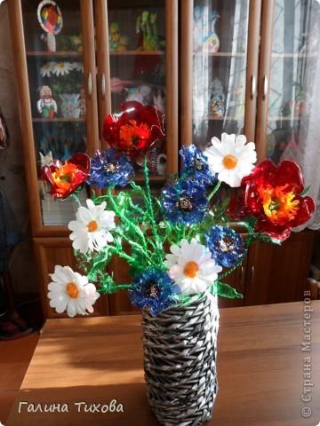 Вот такой букет из васильков и ромашек можно сделать из простых пластиковых бутылок. Мастер-класс:  http://masterica.maxiwebsite.ru/archives/6404#more-6404 фото 49