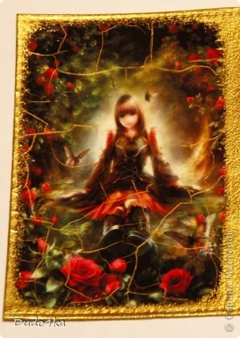 Кожаная обложка для паспорта, декорирована в технике декупаж, искусственно состарена кракелюрным лаком, покрыта стекловидным лаком. фото 2