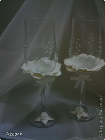"""Завтра выдаю младшую сестренку замуж... Так как свадьба будет символической, то и подарки получились такими же))). Картина из соленого теста и пара нарядных бокалов. Сюжет для картины - рисунок Пенни Паркер. А вот с бокалами наломала голову - не хотелось перегрузить элементами. Спасибо всем мастерицам! Ваши чудесные бокальчики и наборы вдохновили меня на этот """"подвиг""""))) фото 3"""