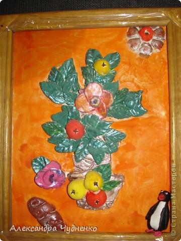 Эту работу я сделала и соленого теста, когда оно высохло, раскрасила гуашью. Особенное мне нравятся яблочки, в их сердцевинке гвоздичка. В рамку мне помогла ее вставить мама. фото 1