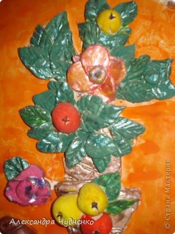 Эту работу я сделала и соленого теста, когда оно высохло, раскрасила гуашью. Особенное мне нравятся яблочки, в их сердцевинке гвоздичка. В рамку мне помогла ее вставить мама. фото 2