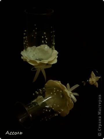 """Завтра выдаю младшую сестренку замуж... Так как свадьба будет символической, то и подарки получились такими же))). Картина из соленого теста и пара нарядных бокалов. Сюжет для картины - рисунок Пенни Паркер. А вот с бокалами наломала голову - не хотелось перегрузить элементами. Спасибо всем мастерицам! Ваши чудесные бокальчики и наборы вдохновили меня на этот """"подвиг""""))) фото 4"""