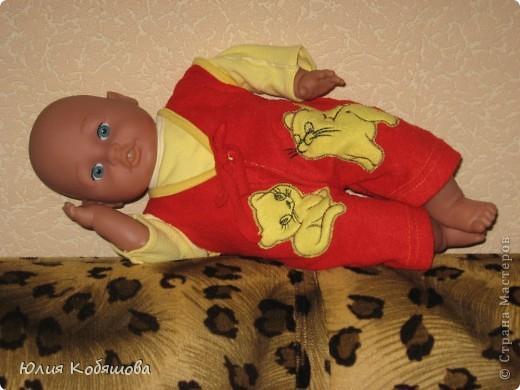 Снова одежда для Дашиного Женечки.  Была у моей девочки безрукавочка, когда она была еще совсем малюсенькая, а на ощупь такая мягенькая, такая приятная, вот  лежала она у нас лет 7 и решила я пошить из нее комбинезончик для любимой куклы дочки. Вот что получилось, Женька рад обновке, Даша довольна и как обычно просит что-нибудь еще, так что буду думать, что пошить в след. раз, благо еще есть некоторые маленькие костюмы от Дашеньки, наверное скоро займусь их перешивкой, а потом похвалюсь. фото 1
