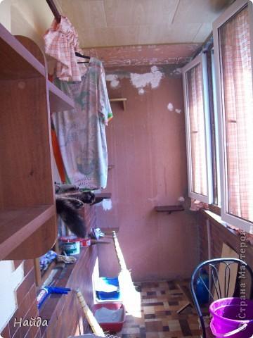 нужно сделать одновременно туалет для кошек и лазалки дано-лоджия 6м длиной и 1,2 шириной и 14 кошек убрала старую отделку со стены и потолка,отодрала старый линолеум, его все равно менять надо было. общая площадь угла 1,2х1,2 м полки повесила в шахматном порядке, как лесенку фото 1