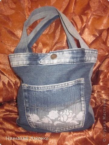 По роду своей деятельности рукоделием занимаюсь в основном на работе.... Вот и решила сшить себе сумочку для рукоделия. Нашла джинсы и принялась за работу....  вот что получилось...  фото 2