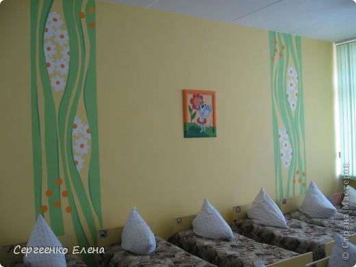 Как и обещала, показываю спальни нашего детского сада. Спальня с божьими коровками. Немного ярковато, но комната солнечная, так что через полгода выгорит и будет нормально по тону. фото 4