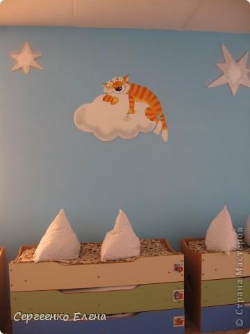 Как и обещала, показываю спальни нашего детского сада. Спальня с божьими коровками. Немного ярковато, но комната солнечная, так что через полгода выгорит и будет нормально по тону. фото 12