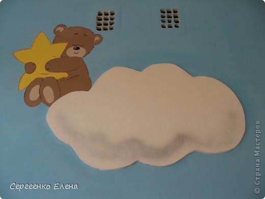 Как и обещала, показываю спальни нашего детского сада. Спальня с божьими коровками. Немного ярковато, но комната солнечная, так что через полгода выгорит и будет нормально по тону. фото 15