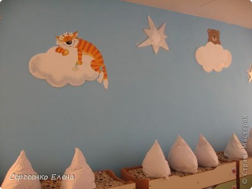 Как и обещала, показываю спальни нашего детского сада. Спальня с божьими коровками. Немного ярковато, но комната солнечная, так что через полгода выгорит и будет нормально по тону. фото 10