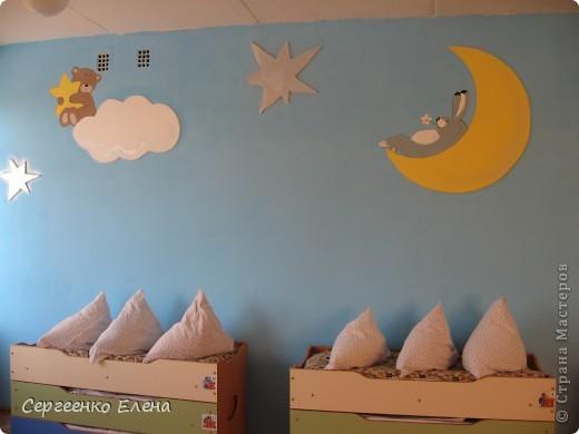 Как и обещала, показываю спальни нашего детского сада. Спальня с божьими коровками. Немного ярковато, но комната солнечная, так что через полгода выгорит и будет нормально по тону. фото 11