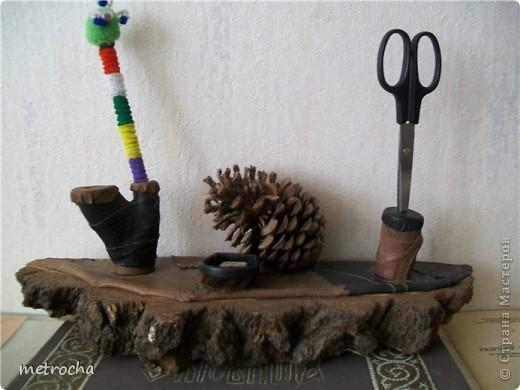 Поделка изделие Подставка для ручек Дерево Клей Кожа Коробки Материал природный Шишки