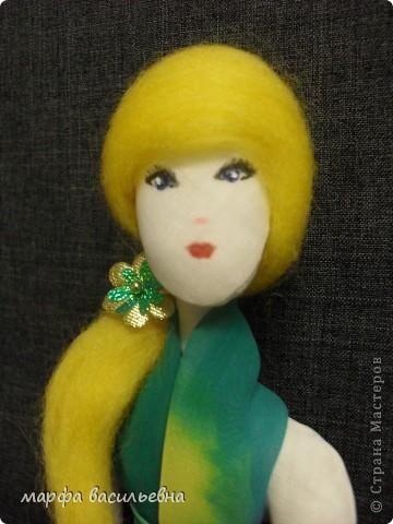 Здравствуйте,дорогие мои друзья.Эту куклу мне подарила моя хорошая знакомая.Она купила ее в Икее.Кукла деревянная,ручки и ножки на шарнирах.Я давно о такой мечтала(как маленькая).Вот теперь пошила ей нехитрый наряд и сфоткала. фото 10