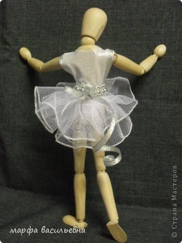 Здравствуйте,дорогие мои друзья.Эту куклу мне подарила моя хорошая знакомая.Она купила ее в Икее.Кукла деревянная,ручки и ножки на шарнирах.Я давно о такой мечтала(как маленькая).Вот теперь пошила ей нехитрый наряд и сфоткала. фото 4
