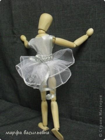 Здравствуйте,дорогие мои друзья.Эту куклу мне подарила моя хорошая знакомая.Она купила ее в Икее.Кукла деревянная,ручки и ножки на шарнирах.Я давно о такой мечтала(как маленькая).Вот теперь пошила ей нехитрый наряд и сфоткала. фото 3