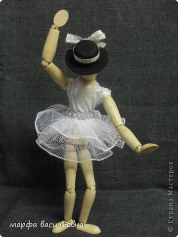 Здравствуйте,дорогие мои друзья.Эту куклу мне подарила моя хорошая знакомая.Она купила ее в Икее.Кукла деревянная,ручки и ножки на шарнирах.Я давно о такой мечтала(как маленькая).Вот теперь пошила ей нехитрый наряд и сфоткала. фото 1