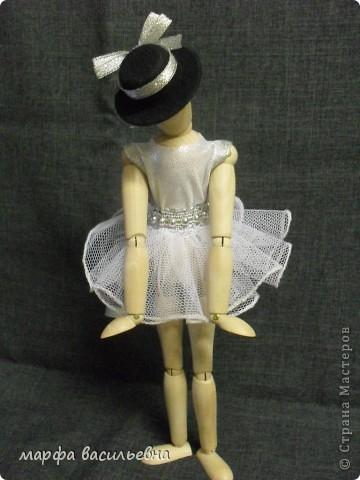 Здравствуйте,дорогие мои друзья.Эту куклу мне подарила моя хорошая знакомая.Она купила ее в Икее.Кукла деревянная,ручки и ножки на шарнирах.Я давно о такой мечтала(как маленькая).Вот теперь пошила ей нехитрый наряд и сфоткала. фото 2
