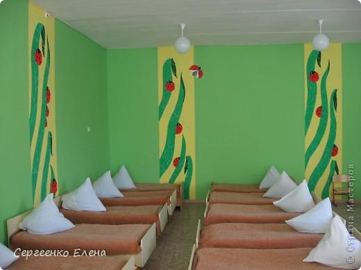 Как и обещала, показываю спальни нашего детского сада. Спальня с божьими коровками. Немного ярковато, но комната солнечная, так что через полгода выгорит и будет нормально по тону. фото 1
